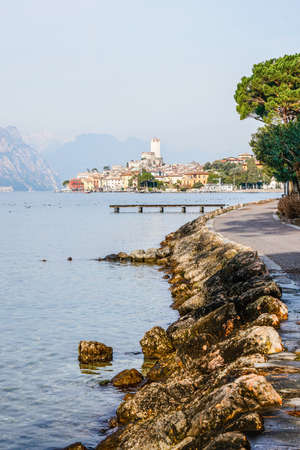 Skyline view of Malcesine town on Lago di Garda, Veneto region of Italy Banque d'images
