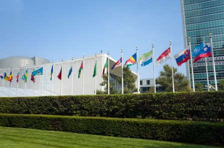 the united nations: edificio de la asamblea general de la ONU de las Naciones Unidas con banderas del mundo volando delante - 1 septiembre 2015, First Avenue, Nueva York, Nueva York, EE.UU.