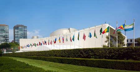 united nations: edificio de la asamblea general de la ONU de las Naciones Unidas con banderas del mundo volando delante - 1 septiembre 2015, First Avenue, Nueva York, Nueva York, EE.UU.