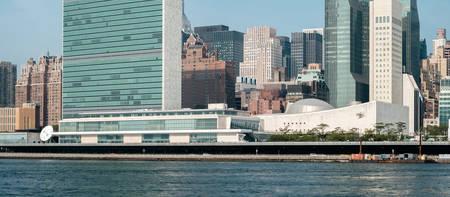 united nations: complejo de la sede de las Naciones Unidas como se ve desde la isla de Roosevelt. - 2 septiembre 2015, Parque Libertades Cuatro, la ciudad de Nueva York, Nueva York, EE.UU.