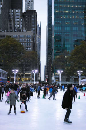 bryant: People ice skating in Bryant Park on Thanksgiving day - November 24, 2016 6th Avenue, New York City, NY, USA