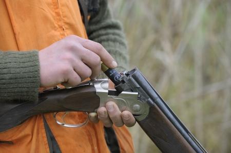 그의 엽총을로드하는 사냥꾼의 근접