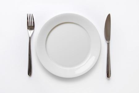 나이프와 포크 빈 접시