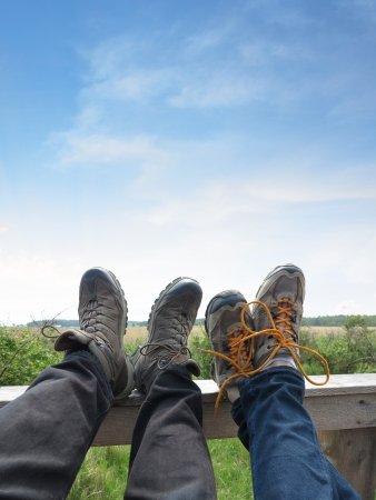 두 명의 등산객들이 발을 딛고 휴식하기
