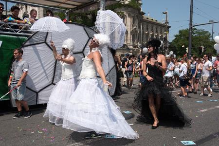 lesbienne: Munich, Allemagne - 11 sur Juillet 2015: Christopher Street Day - Hommes en noir et blanc des robes de mari�e