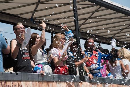 lesbienne: MUNICH, ALLEMAGNE - 11 JULY 2015: Christopher Street Day - Bus � la parade avec des gens en costumes traditionnels et de la mousse de soufflage