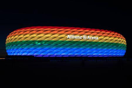 ミュンヘン, ドイツ - 2016 年 7 月 9 日: クリストファーの通り日に虹の光で照らされるアリアンツ ・ アレーナ 報道画像
