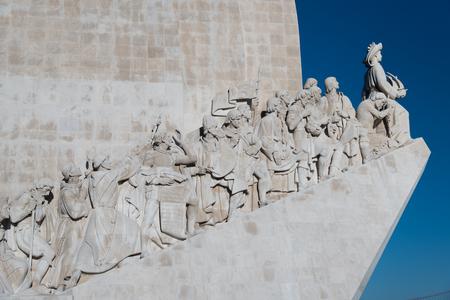 Disparo de cerca en Padrao dos Descobrimentos (Monumento a los descubrimientos) con el enfoque en las figuras de la Edad de los Descubrimientos portugueses en el lado oeste, Santa Maria de BelÃ?© m, Lisboa, Portugal Foto de archivo - 76286118