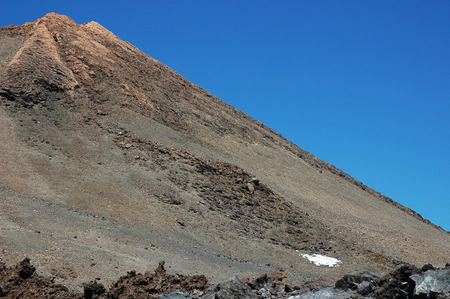Cropped shot of the summit of Pico del Teide, the highest volcanic peak in Spain, under a bright sunlight with clear blue skies, in Tenerife, Canary Islands, Spain Stockfoto