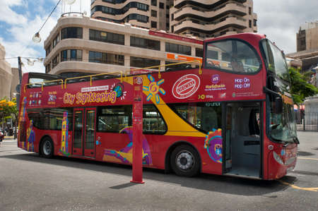City sightseeing bus, Santa Cruz de Tenerife, Canary Islands, Spain - June 20, 2014: open red double decker sightseeing bus at stop, popular attraction in Santa Cruz de Tenerife, Canary Islands, Spain 新聞圖片
