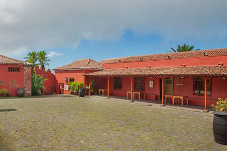 Casa del Vino, El Sausal, Tenerife, Canary Islands, Spain - October 18, 2015: empty courtyard of the wine museum based in an old traditional Canarian farm house popular for wine and local food tasting 新聞圖片