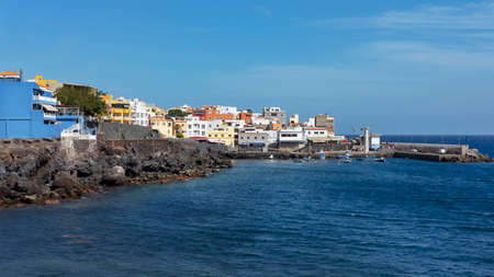 Los Abrigos, Tenerife, Canary Islands, Spain - March 17, 2019: a picturesque fishing village in Granadilla de Abona, known for its fine seafood and fish restaurants, a small plaza and a volcanic beach 新聞圖片