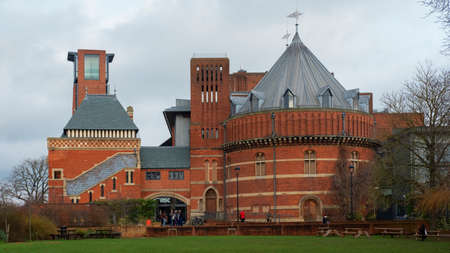 The Royal Shakespeare Theatre, Stratford-upon-Avon, Warwickshire, UK - December 28, 2019: historical building situated in William Shakespeare's birthplace the world greatest dramatist, poet and writer 新聞圖片
