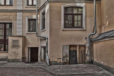 backstreet: Casa con bajantes en la calle secundaria. Alto efecto texturizado.