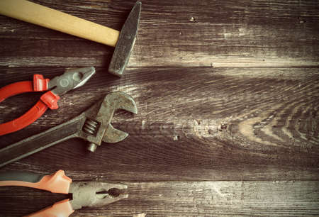 jornada de trabajo: Hand tools at the old wooden background. Vintage background with tools.
