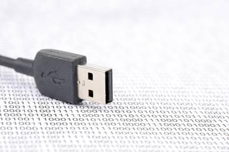 redes electricas: Cable USB y el c�digo binario Foto de archivo