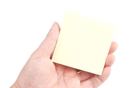 recordar: Hand holding sticky note