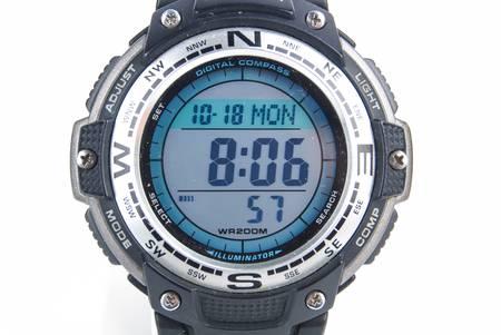 Reloj digital en el fondo blanco