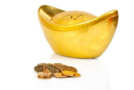 lingotes de oro: Lingote de oro con monedas Foto de archivo
