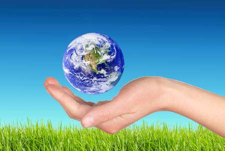 el mundo en tus manos: Tierra en la mano Foto de archivo