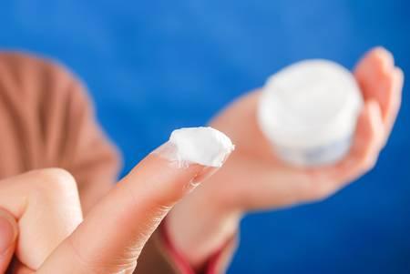 cremas faciales: Mujer aplicación de loción para la piel