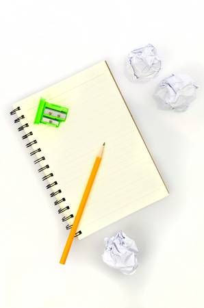 waste paper: L�piz y libreta con el papel usado