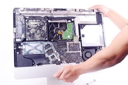een man reparatie imac computer change harddisk