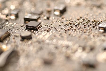 マザーボード回路の ic 表面実装デバイスを閉じる