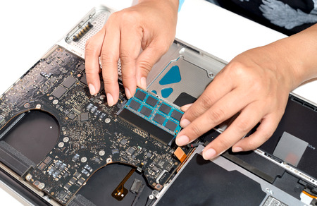 technician install upgrade memory for laptop computer Imagens
