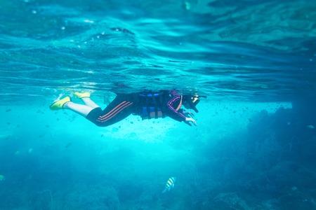 Mädchen Schnorchelmaske unter Wasser aus Thailand Standard-Bild