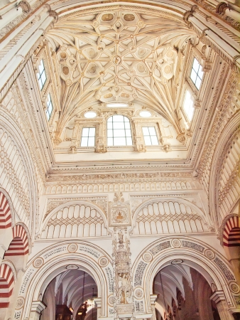 arabe: Catedral ubicada en el centro de la Mezquita (antigua mezquita) en Córdoba, España. La UNESCO Patrimonio de la Humanidad. Vista del interior.