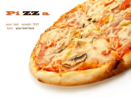 rebanada de pizza: Pizza con salami, tomates, champi�ones y pollo aislado en blanco