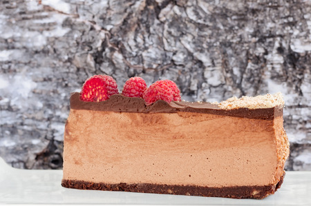 Lateral view of low carb no bake raspberry chocolate cheesecake Reklamní fotografie - 81732089