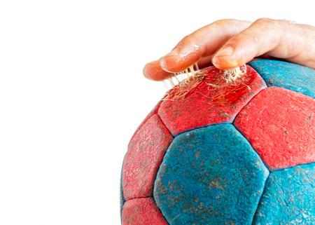Close-up van het overmatig gebruik van handbalhars op de vingers van de speler, verbeterde handbalgreep, geïsoleerd op wit