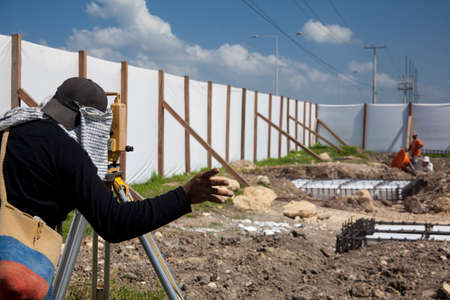 obrero: Surveyor mirando a trav�s del teodolito