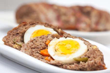 pastel de carne: Huevo y verduras rellenas rebanadas de pastel de carne