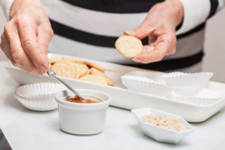 smearing: Filling cookies with caramelised milk