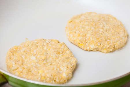 伝統的なコロンビア アレパ ・ デ ・ チョクロ準備: 鍋にトウモロコシのパンを調理