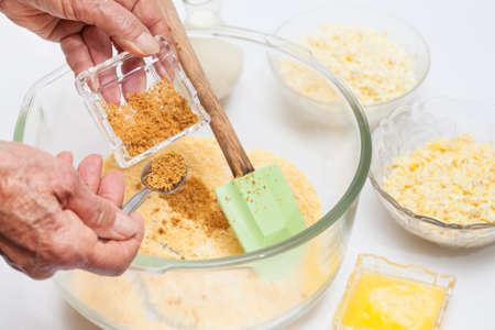伝統的なコロンビア アレパ ・ デ ・ チョクロ準備: 甘いトウモロコシのパンを準備する砂糖を追加します。