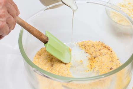 伝統的なコロンビア アレパ ・ デ ・ チョクロ準備: 甘いトウモロコシのパンを準備する牛乳を追加