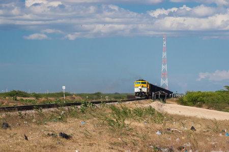 empedrado: Tren de Cerrejon en el desierto de Guajira, Colombia