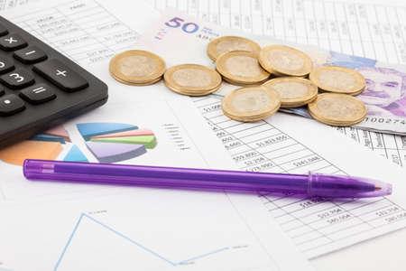 月次予算表、お金、ペンと電卓 写真素材 - 84627815