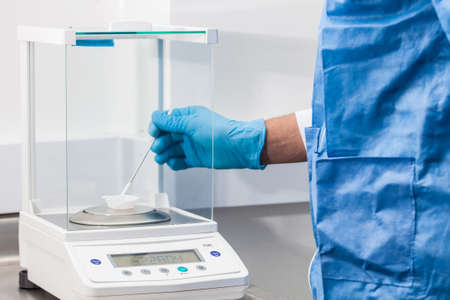 실험실에서 화학 균형을 사용하는 과학자 스톡 콘텐츠