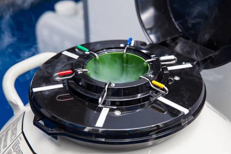 Vloeibare stikstof cryogene tank in laboratorium voor levenswetenschappen Stockfoto