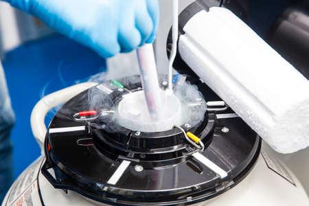 Tanque criogénico de nitrógeno líquido en el laboratorio de ciencias de la vida Foto de archivo - 89045684