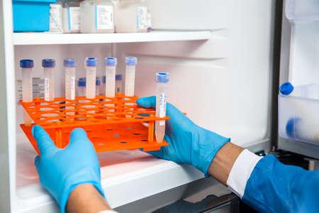 若い男性の科学者と研究室の冷凍庫