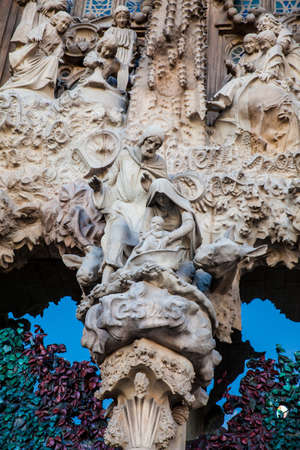 Nativity Facade of the Basilica and Expiatory Church of the Holy Family Imagens - 117052681