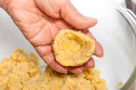 Preparation of plantain croquettes stuffed with pork cracklings