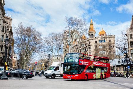 Bus touristique à Gran Via de les Corts Catalanes à Barcelone Espagne