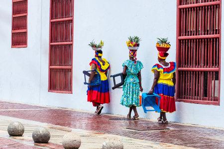 Traditional fruits street vendor in Cartagena de Indias called Palenquera Stok Fotoğraf - 117152175